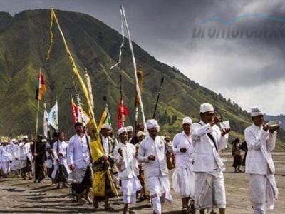 Upacara Adat Yadnya Kasada Suku Tengger Bromo