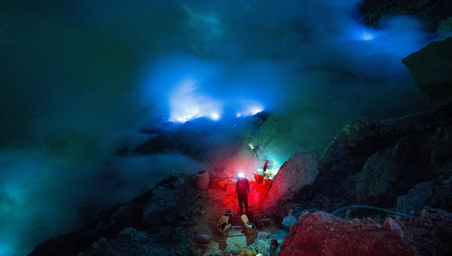 Fenomena Alam Api Biru (Blue Fire) di Kawah Ijen